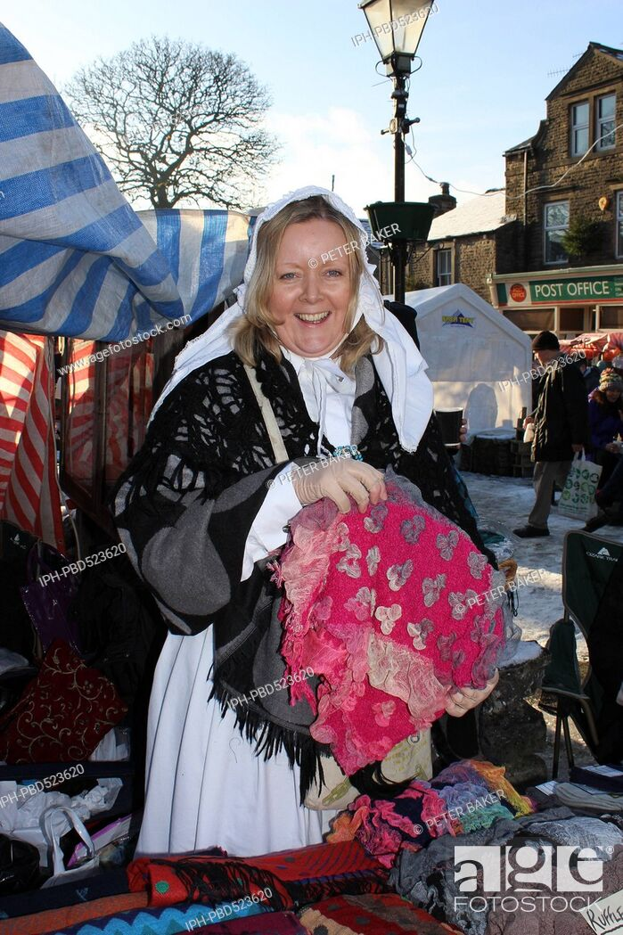 Imagen: England Nth Yorkshire Grassington Dickensian Christmas Festival Character at the market .