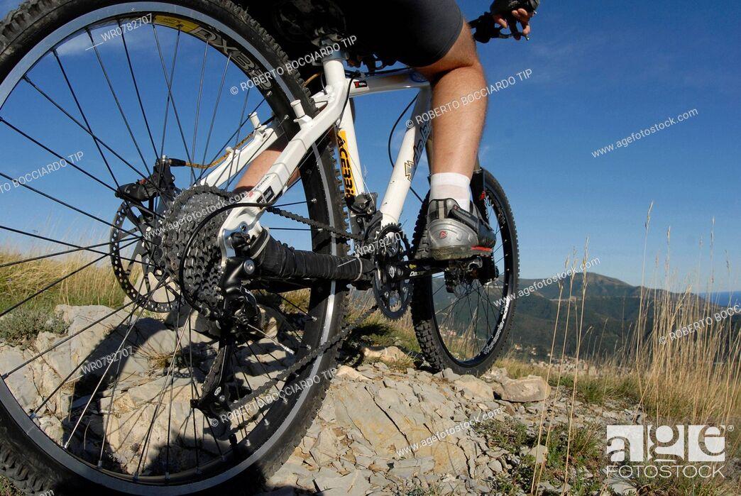 Imagen: Mountain biking on rocks.