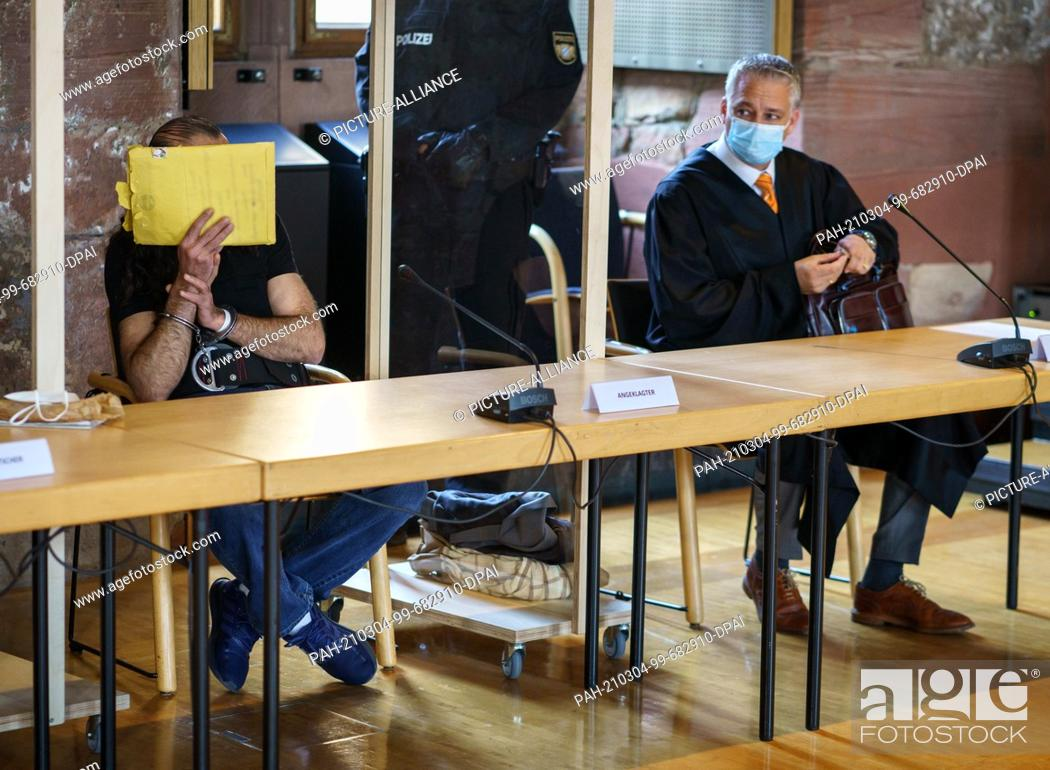 Imagen: 04 March 2021, Bavaria, Aschaffenburg: The 46-year-old defendant (l) sits handcuffed in the dock in the temporary courtroom at Johannisburg Castle in.