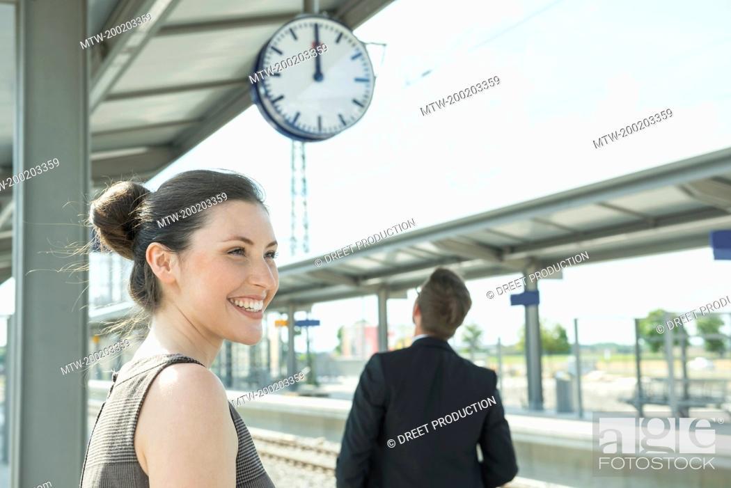 Imagen: Business partners waiting on platform.