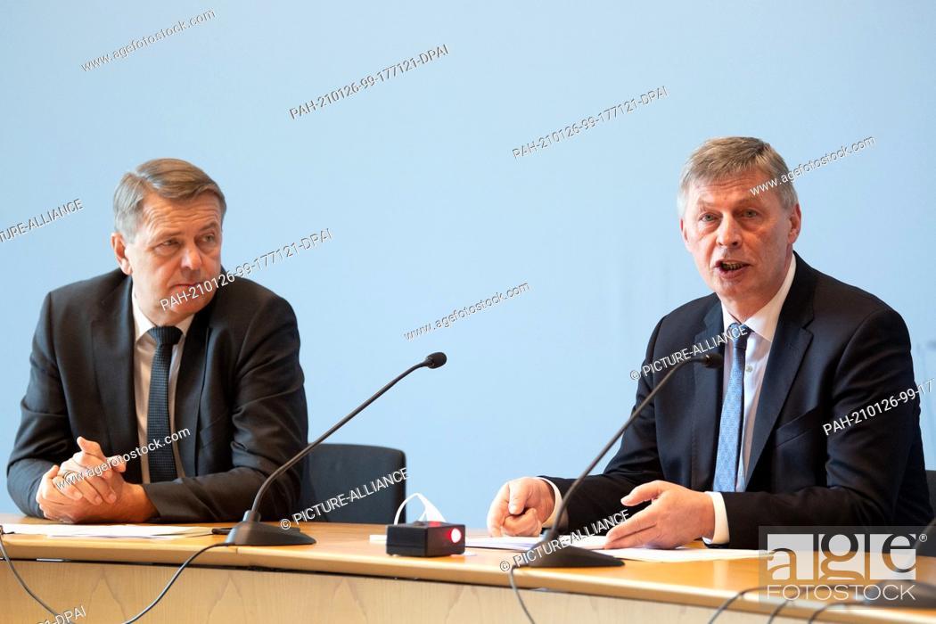 Imagen: 26 January 2021, North Rhine-Westphalia, Duesseldorf: Christof Rasche (l), Chairman of the FDP parliamentary group in the North Rhine-Westphalian state.