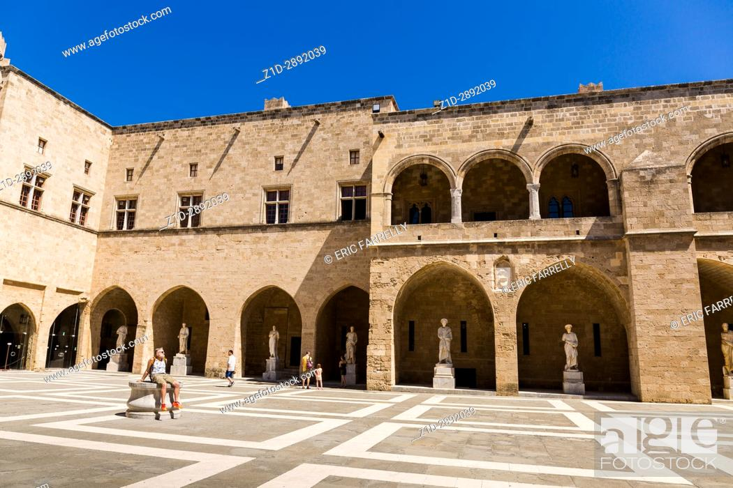 Imagen: The courtyard of the Palace of the Grand Master of the Knights. Medieval castle in the old city of Rhodes, Greece.