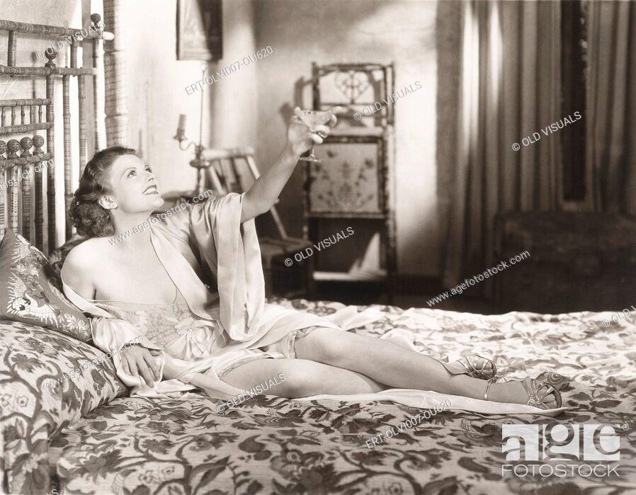 Imagen: Toasting her independence (OLVI007-OU620-F).