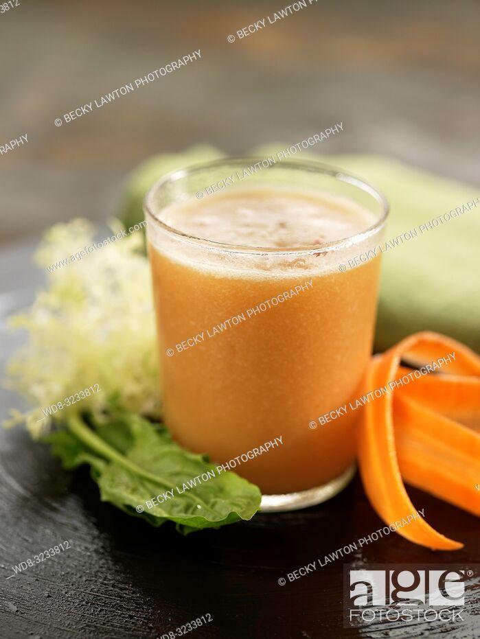 Imagen: zumo de zanahoria, espinaca y lechuga. / carrot, spinach and lettuce juice.