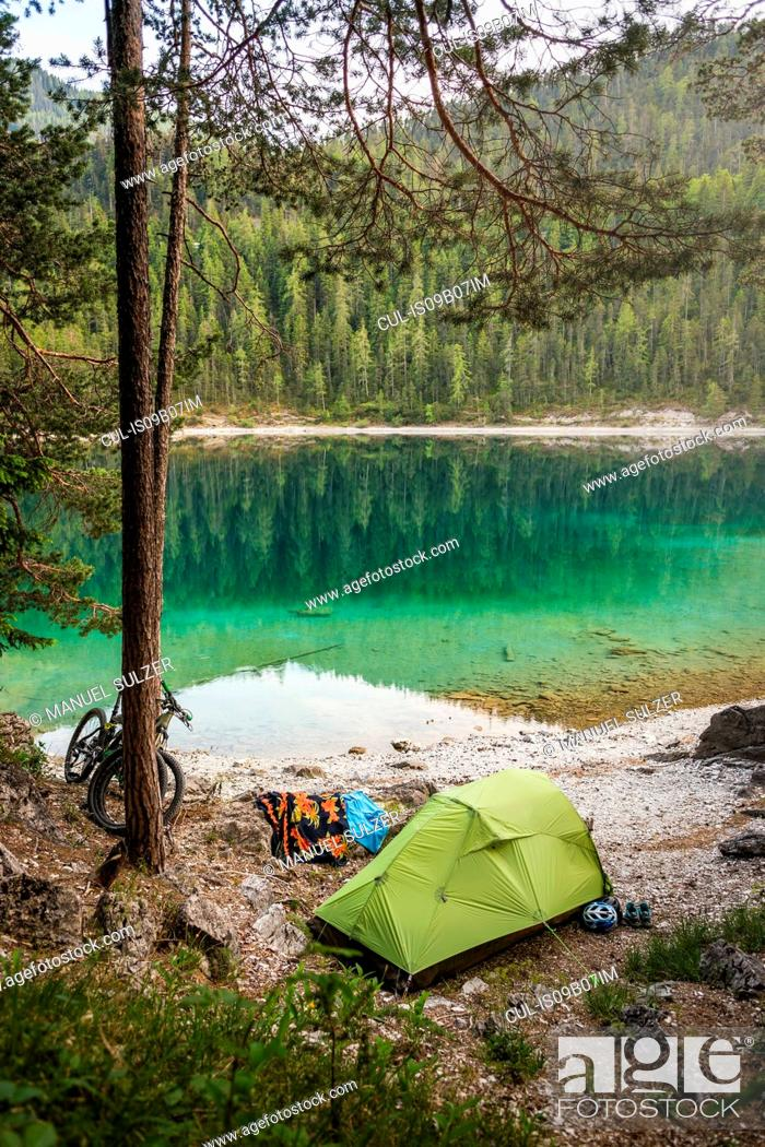 Photo de stock: Tent pitched by water, Leermoos, Tyrol, Austria.