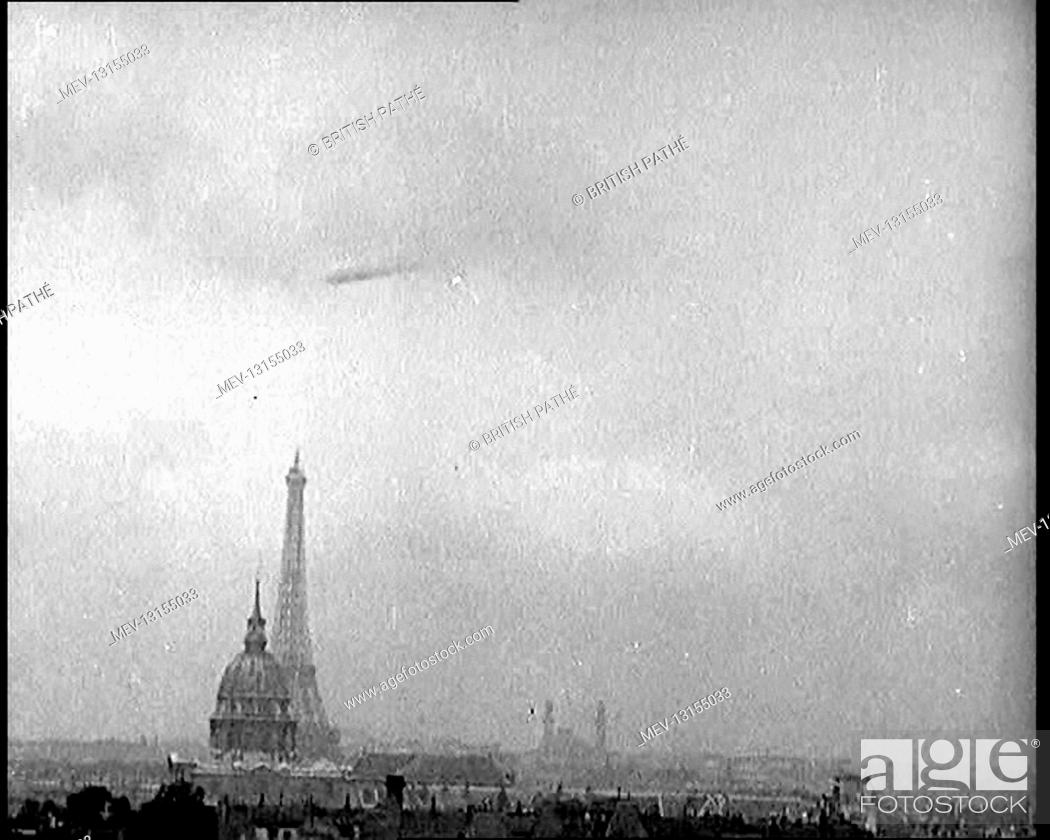 Photo de stock: The Paris Skyline, Featuring the Eiffel Tower, With A Zeppelin Airship Flying Near the Clouds - Paris, The French Third Republic, France.