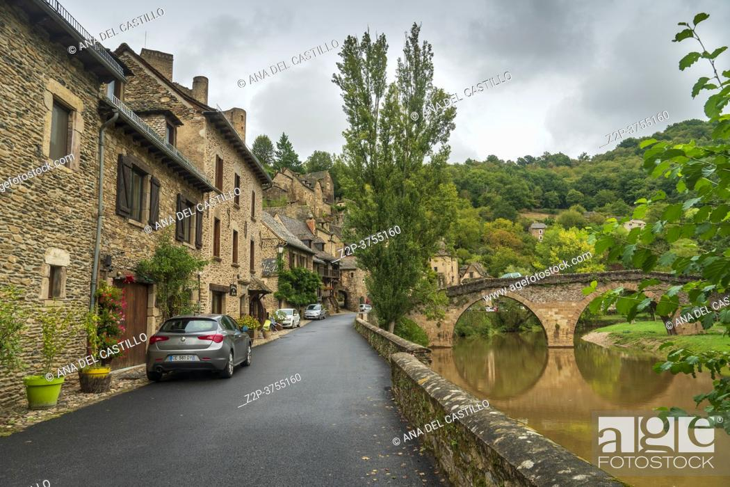 Imagen: Belcastel medieval castle and town in the south of France, Aveyron Occitania on September 24, 2020 nice view of the antique medieval stone buildings.