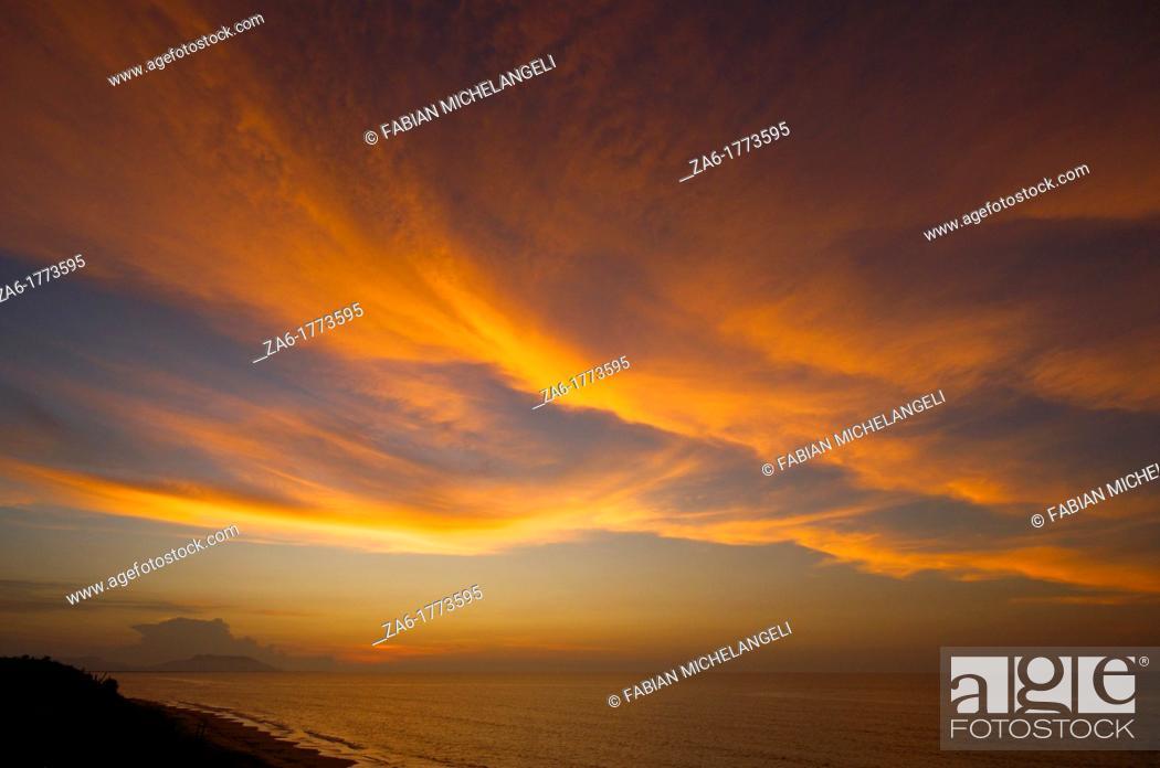Imagen: Sunset clouds in Rio Caribe in the eastern coast of Venezuela.