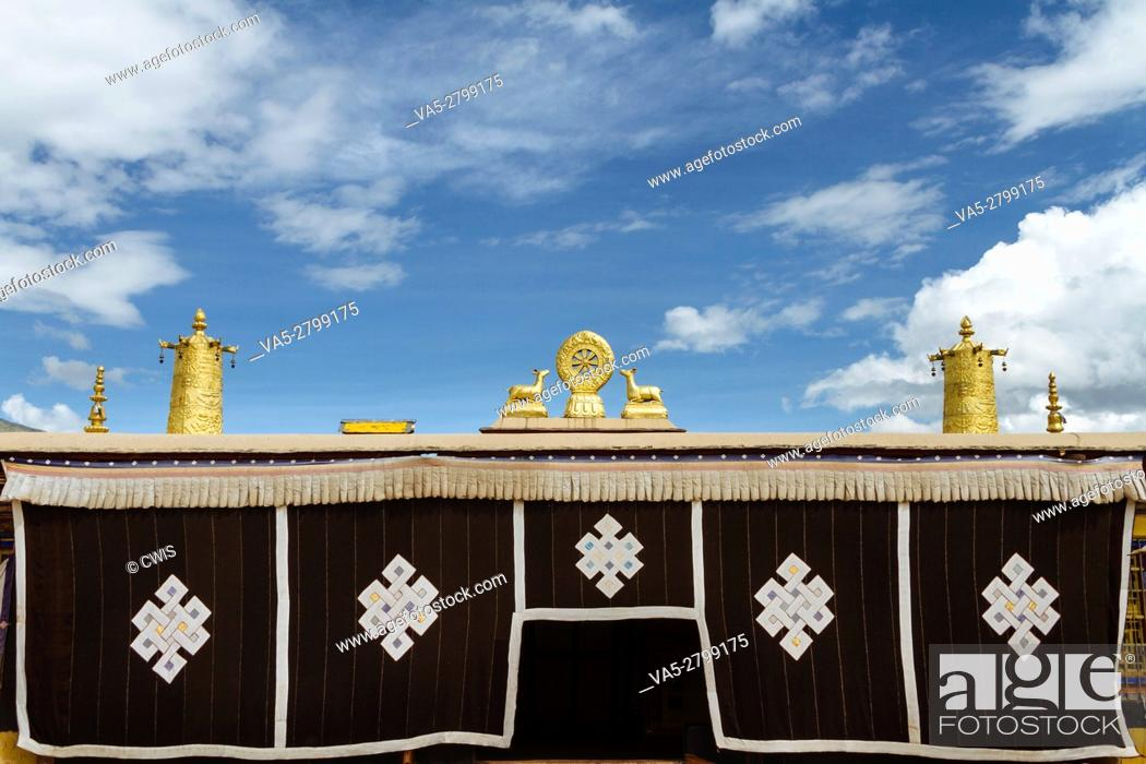 Imagen: Lhasa, Tibet, China - The view of the golden roof of Romoche temple in the daytime.