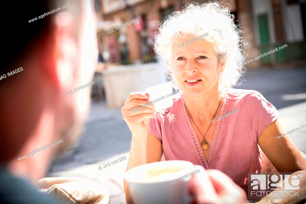 Imagen: Couple at pavement cafe drinking coffee, Bruniquel, France.