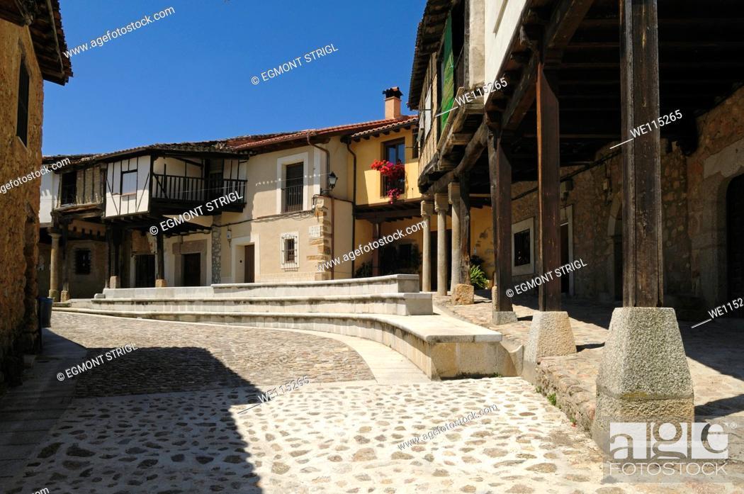 Imagen: Europe, Spain, Extremadura, Sierra de Gredos, Plaza de Juan de Austria in the oldtown of Cuacos de Yuste, public ground.