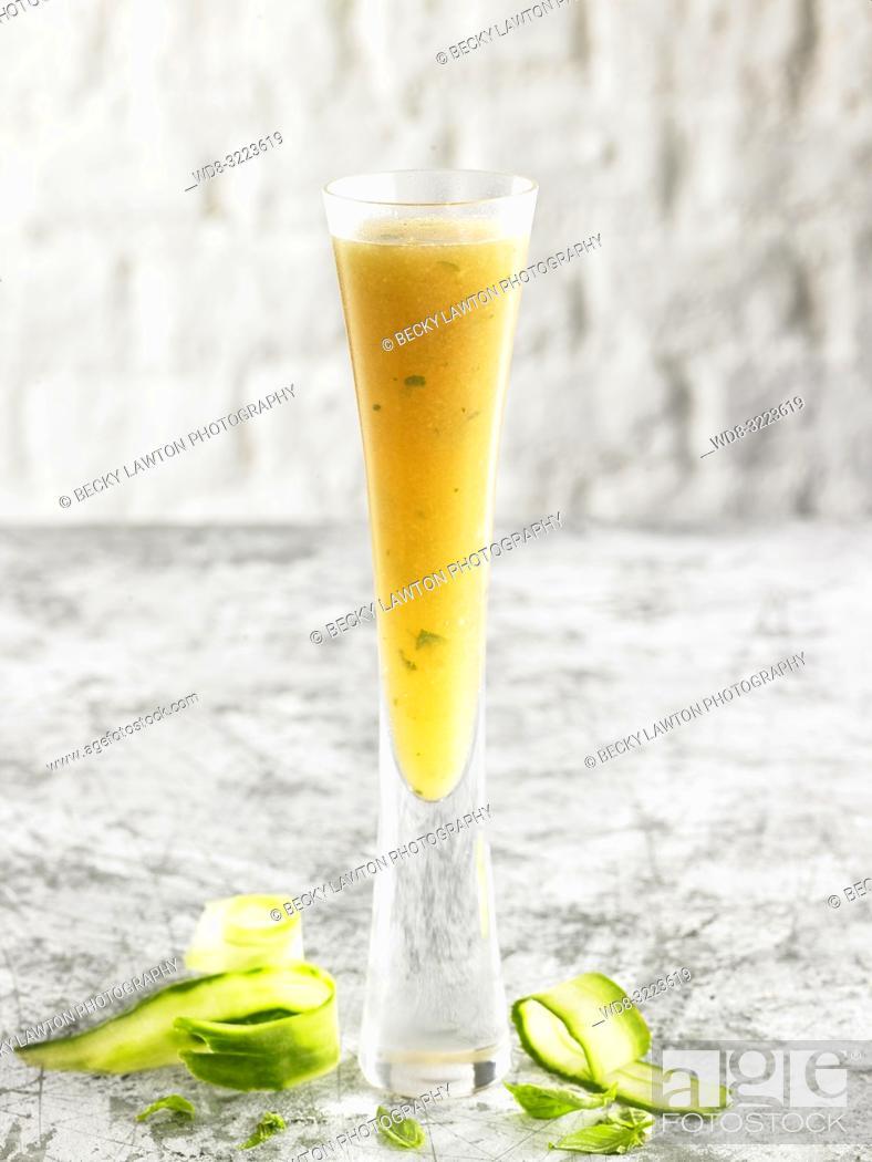 Photo de stock: bebida de menta con lima / Mint with lime drink.