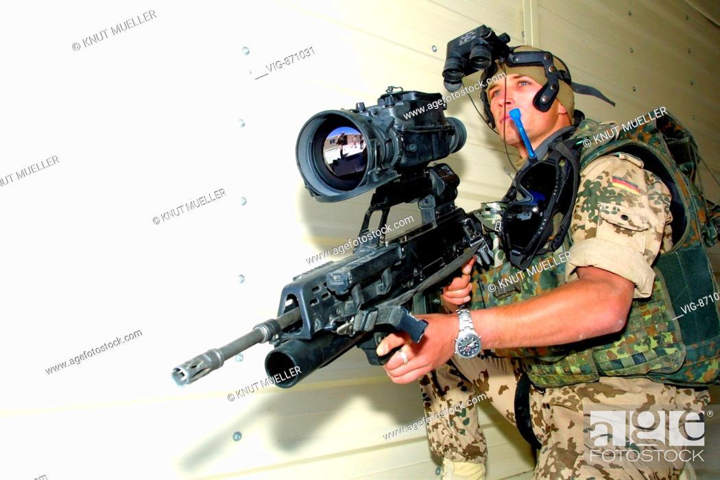 Bundeswehrsoldat mit neuer infanterie bewaffnung der bundeswehr