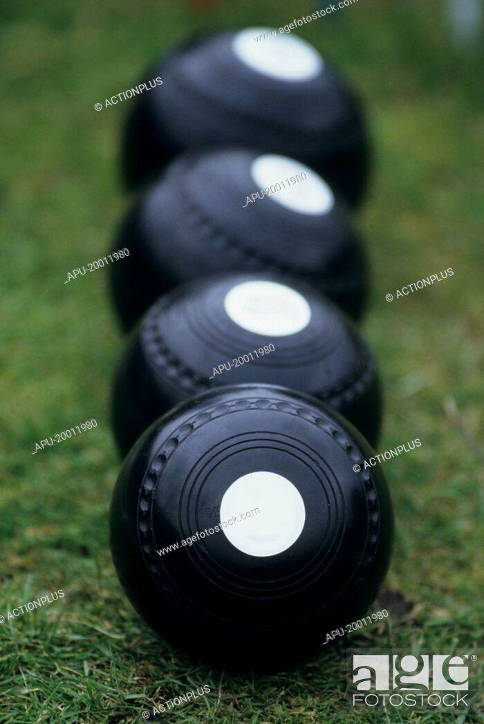 Imagen: Sets of bowls on lawn bowls court.