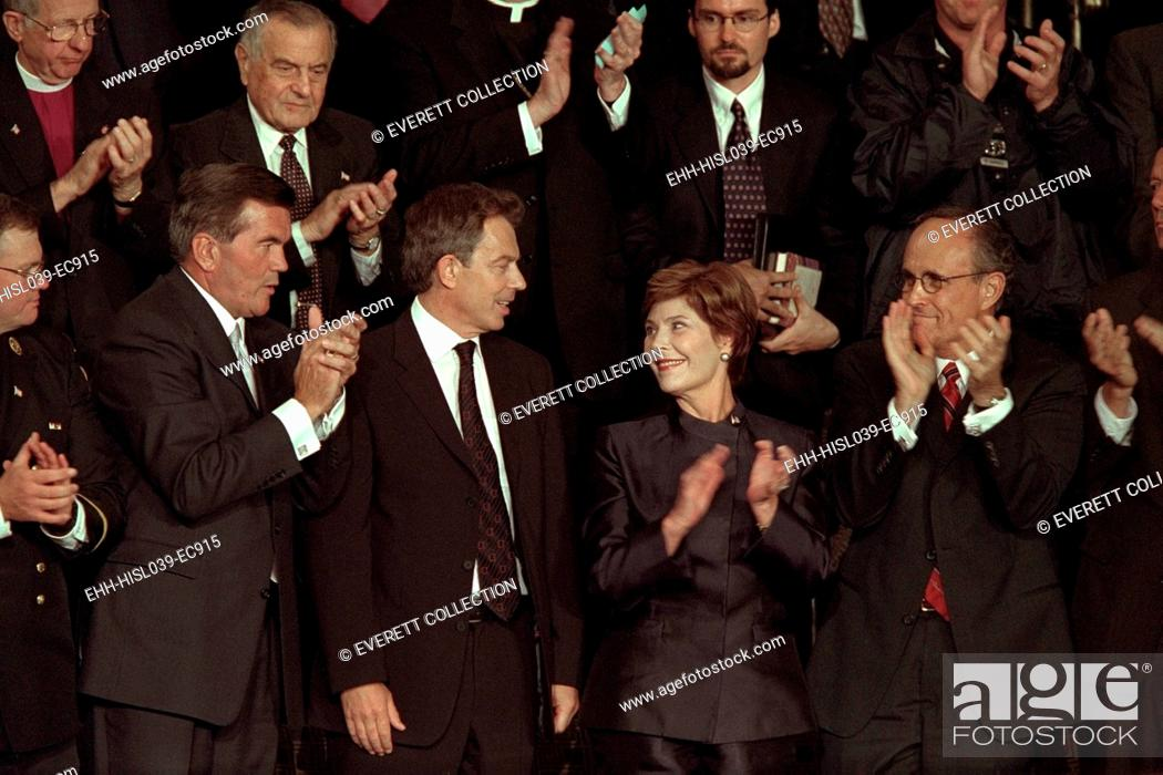 Imagen: First Lady Laura Bush with Tom Ridge, PM Tony Blair, and NYC Mayor Rudy Giuliani. All three men were mentioned in President George W.
