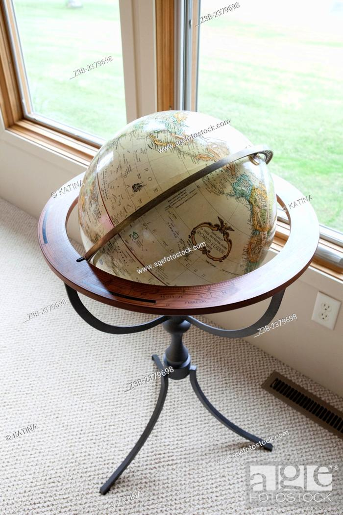 Imagen: Globe by the window at a home in Sanford Lake, Michigan, USA.