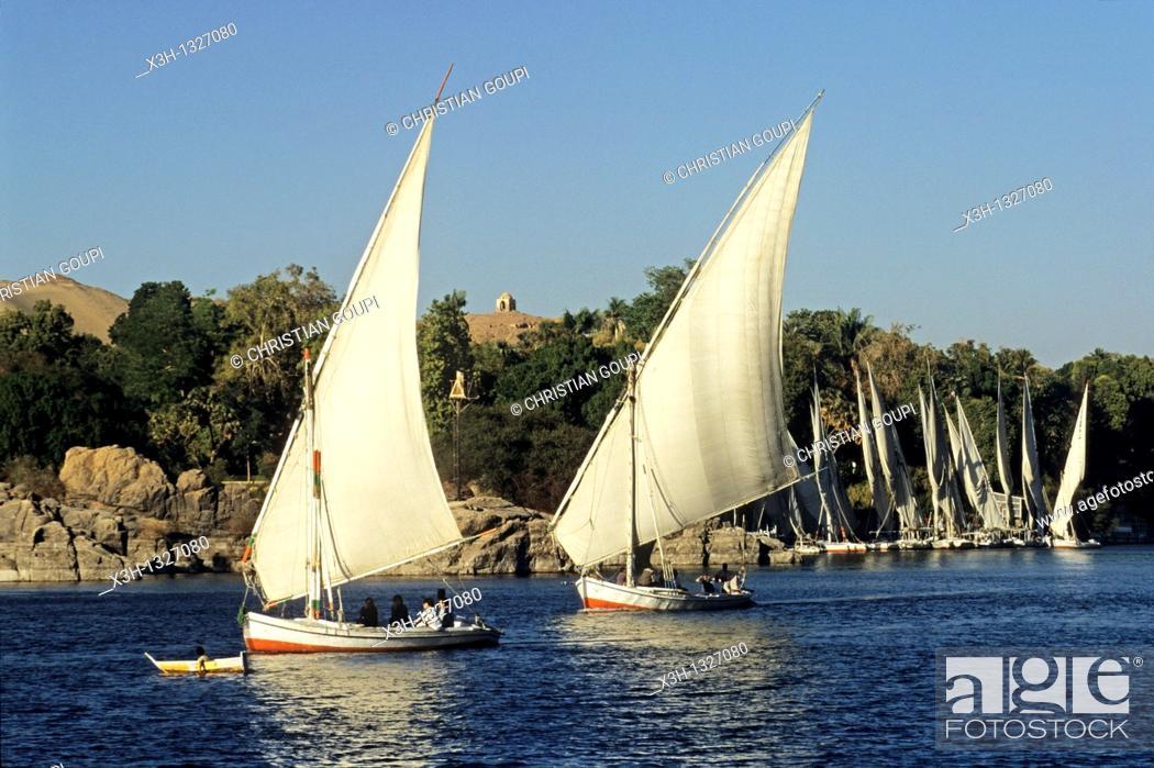 Imagen: feluccas on the Nile, Aswan, Egypt, Africa.