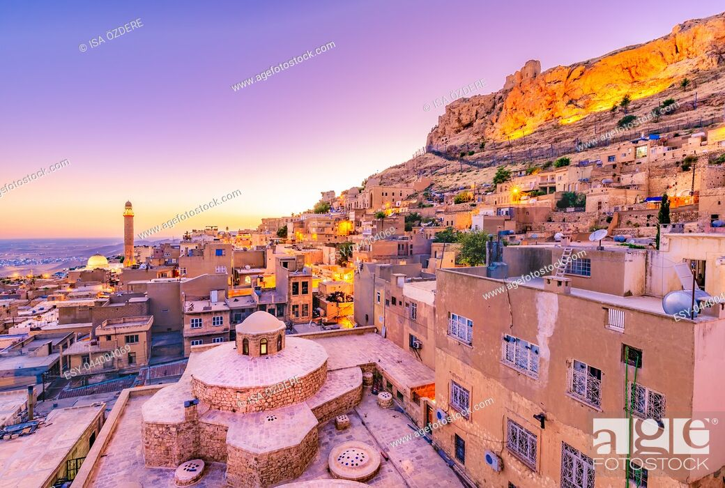 Imagen: Sunrise landscape view of old Mardin city,a popular city for locals and tourist and located in southeastern of Turkey.