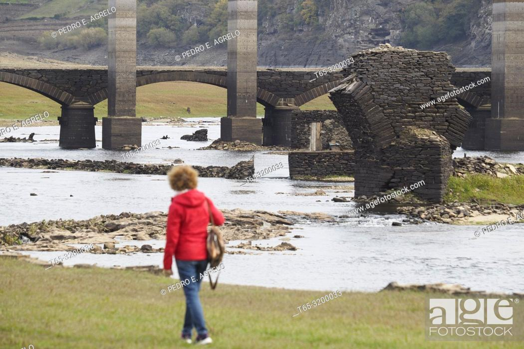 Stock Photo: Portomarin, Lugo.- DROUGHT.- The Rio Miño, the largest in Galicia, on its way through the town of Portomarin, Lugo The hydraulic reserve is at 37 of its total.