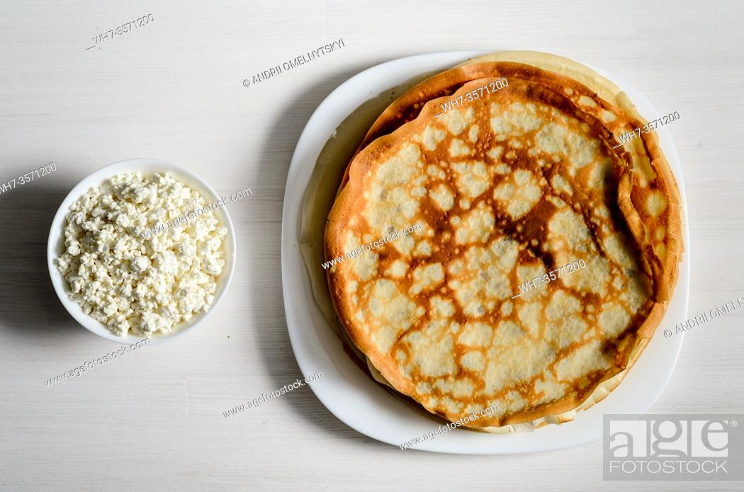 Imagen: homemade pancakes on a white plate with cottage cheese.