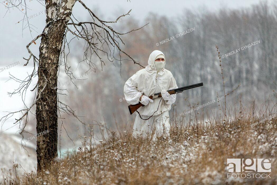 Imagen: Winter hunting in white camouflage suit. Belgorod region.