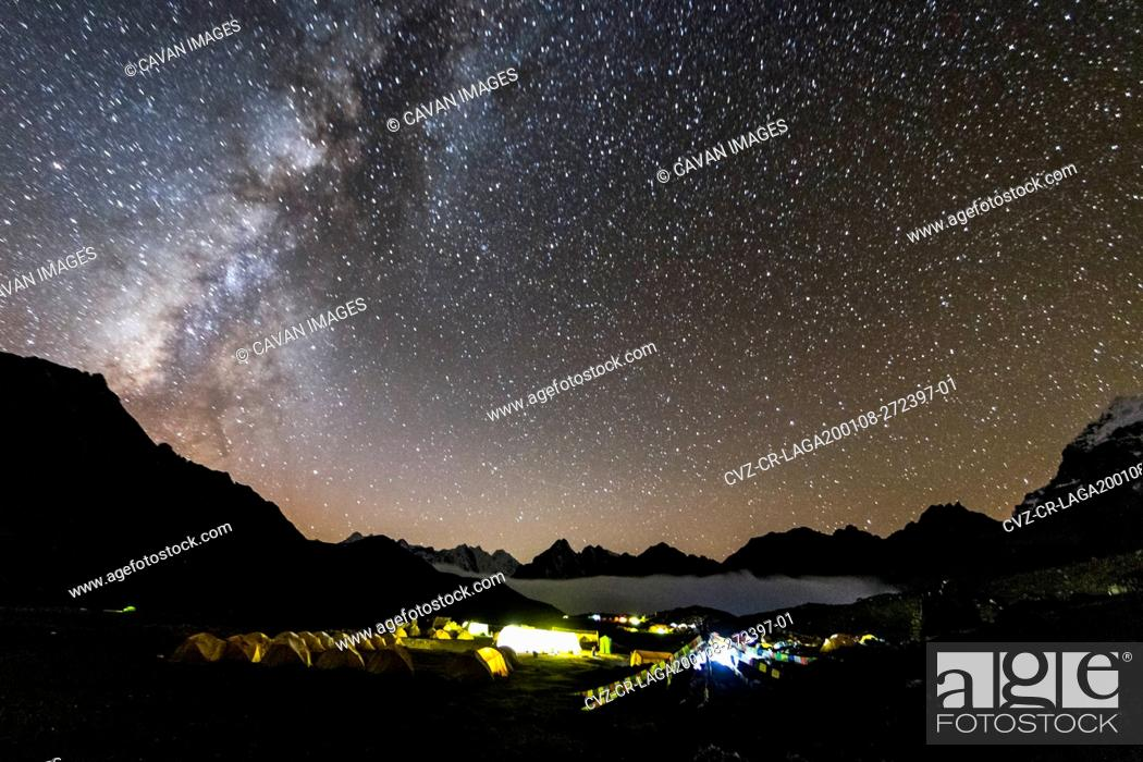 Imagen: Night stars over Ama Dablam base camp in the Everest region of Nepal.