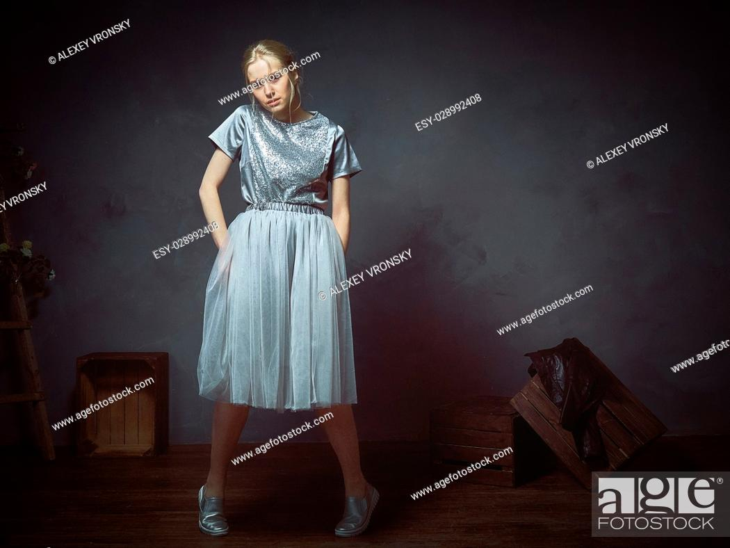 Imagen: The girl dressed in various wedding outfits moving in front of the camera in the Studio.