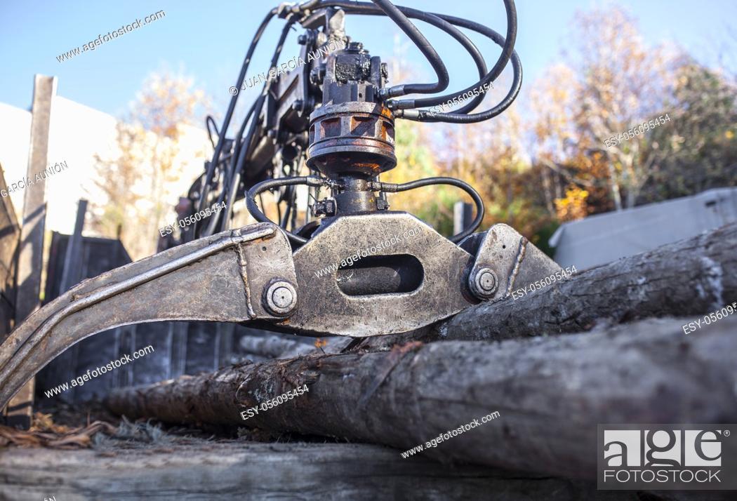 Imagen: Open jaws of a crane grab loader tractor machine. selective focus.