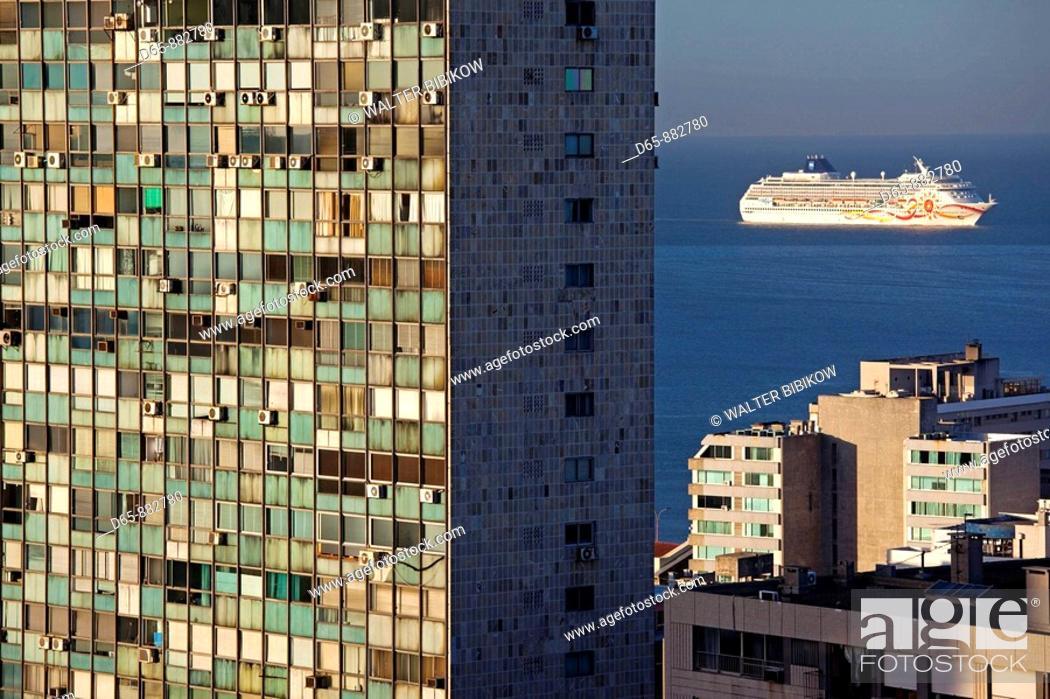 Stock Photo: Cruiseship and Edificio de la Ciudadela building, Montevideo, Uruguay.