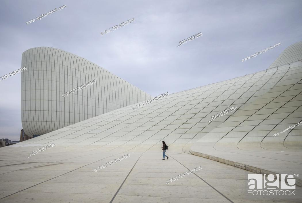 Imagen: Azerbaijan, Baku, Heydar Aliyev Cultural Center, building designed by Zaha Hadid, exterior with visitors, NR.
