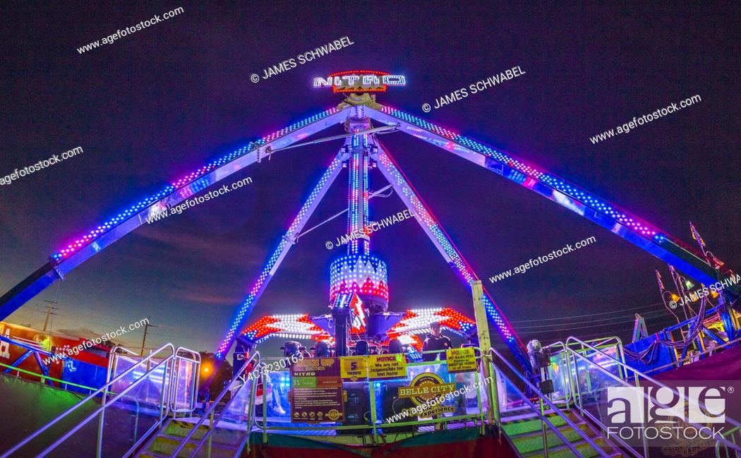 Imagen: Night at the Manatee County Fair at the Manatee County Fairgrounds in in Palmetto Florida.