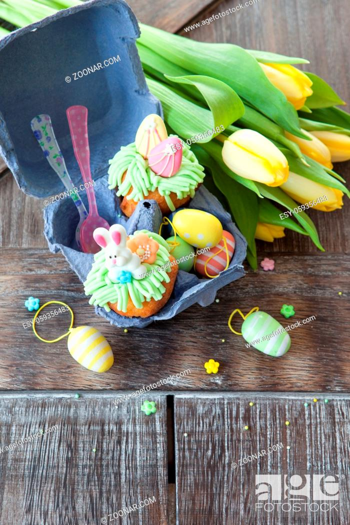 Stock Photo: Kleiner bunt dekorierter Cupcake zu Ostern.