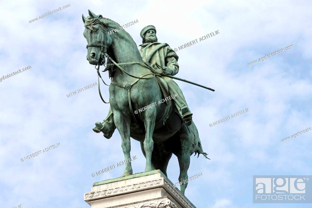 Imagen: Low angle view of a statue of Giuseppe Garibaldi, Milan, Italy.