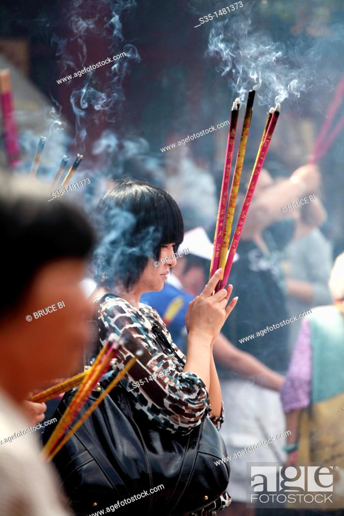 Imagen: Prayers offer incense to Buddha in Yuantong Temple the famous Buddhist temple build during Tang Dynasty  Kunming  China.