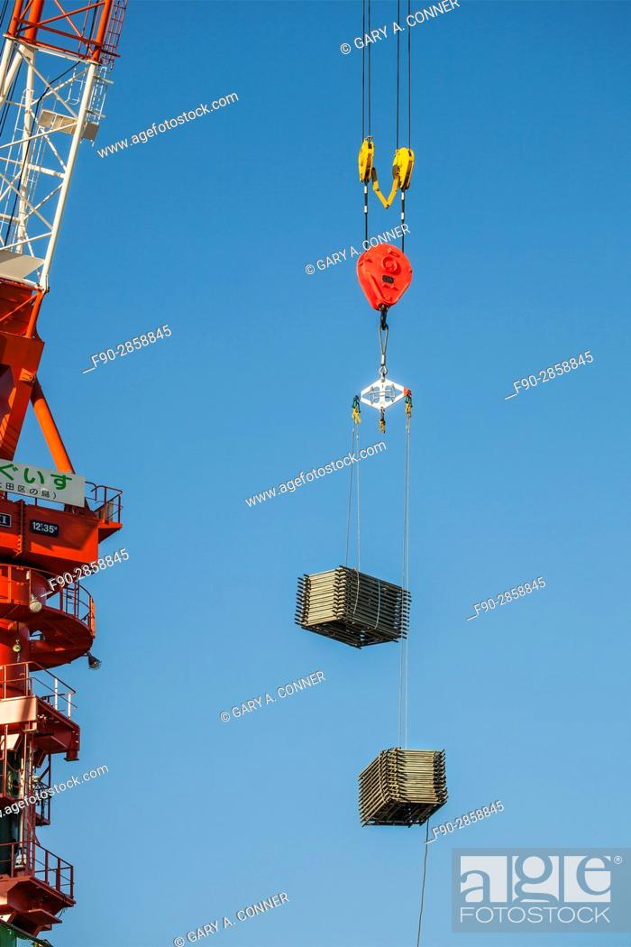 Imagen: Crane with pulley hook and load at construction site in Kamata, Tokyo, Japan.
