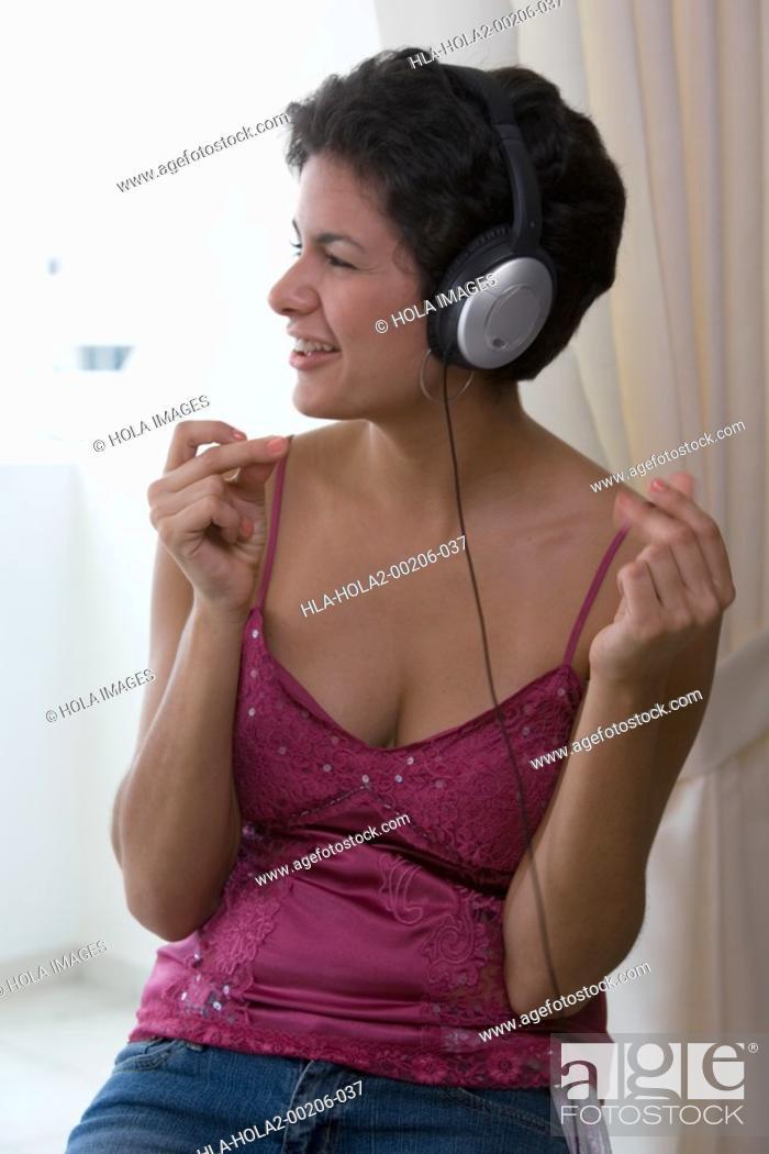 Imagen: Young woman with headphones.