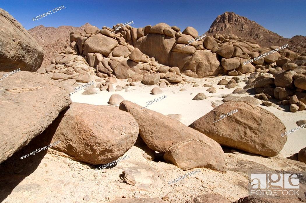 Imagen: Valleys and mountains at Jebel Uweinat, Jabal al Awaynat, Libya.