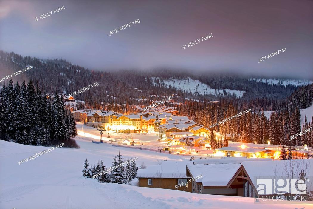 Photo de stock: The village of Sun Peaks before sunrise, Thompson Okangan region, British Columbia, Canada.