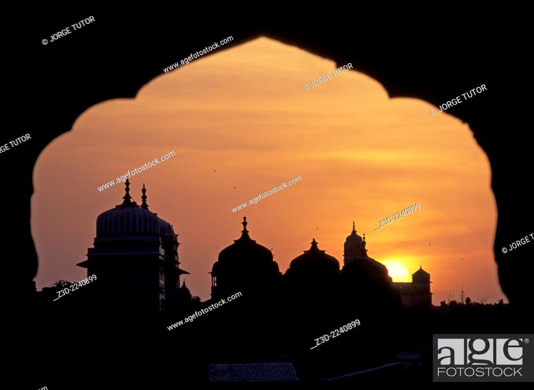 Imagen: Incredible view of Orchha temples at sunset from Sheesh Mahal Palace Orchha Madhya Pradesh India.