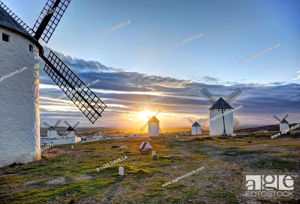 Imagen: One of the main sights on this trip is here in the region of Ciudad Real, Campo de Criptana. This village presents the most famous image of La Mancha.