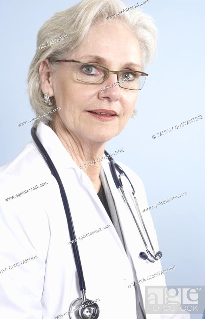 Imagen: Female doctor with stethoscope.