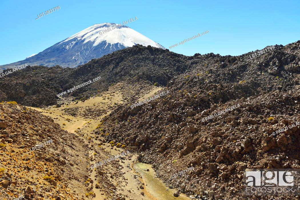 Imagen: Parinacota volcano in the background. Foreground, lava flows and basalt rocks. Lauca National Park. Norte Grande region. Chile.