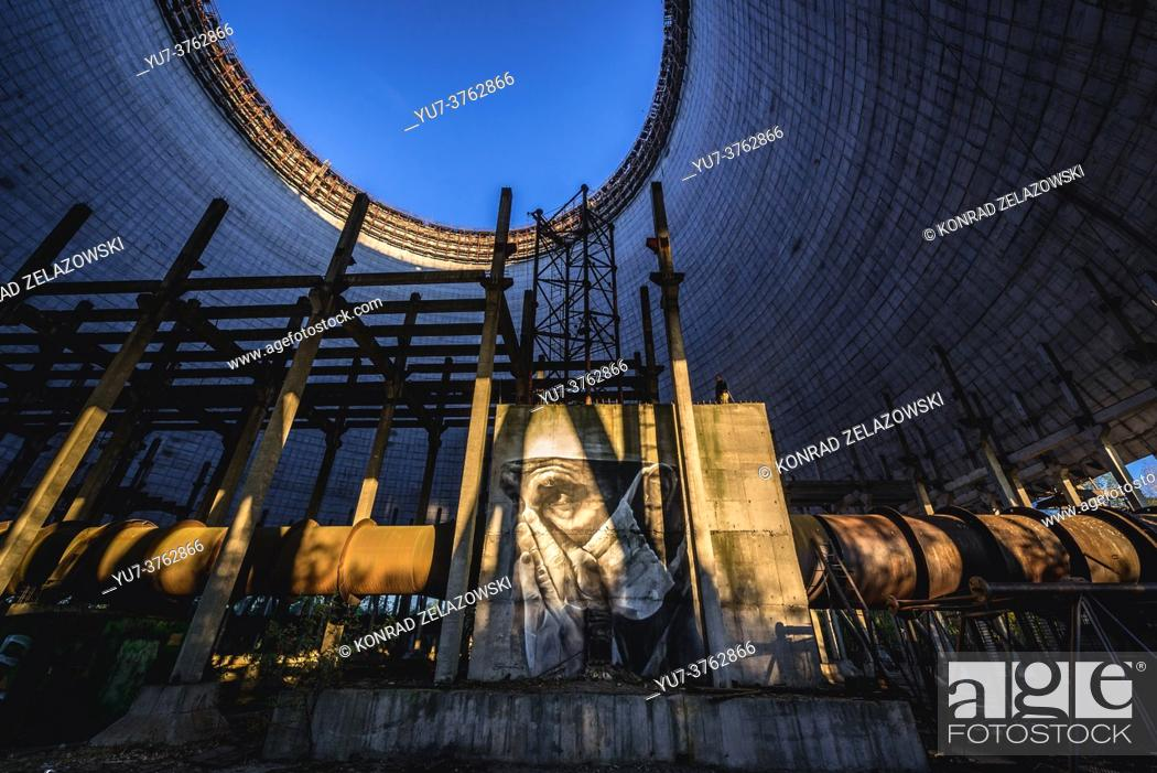Imagen: Graffiti in cooling tower of Chernobyl Nuclear Power Plant in Zone of Alienation around the nuclear reactor disaster in Ukraine.
