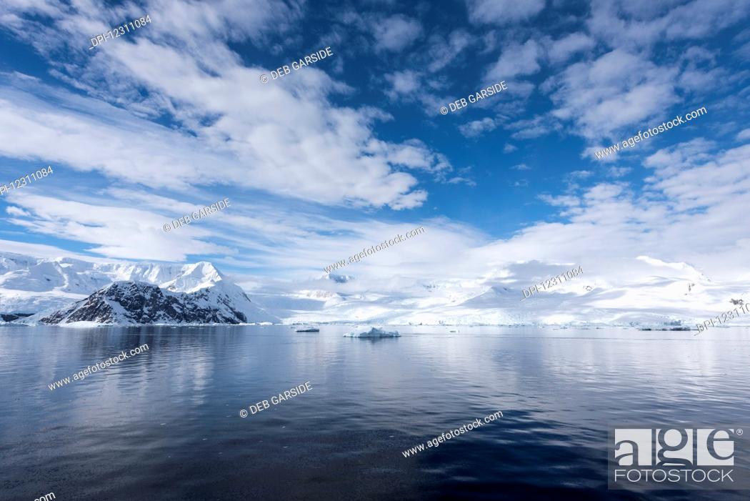 Imagen: Sky reflected in water in Neko harbour; Antarctica.
