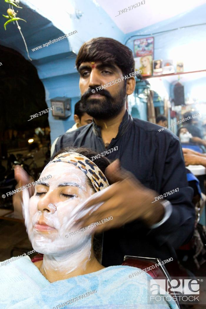 Imagen: Barber in action with massage and face care. Jaipur, Rajasthan, India.