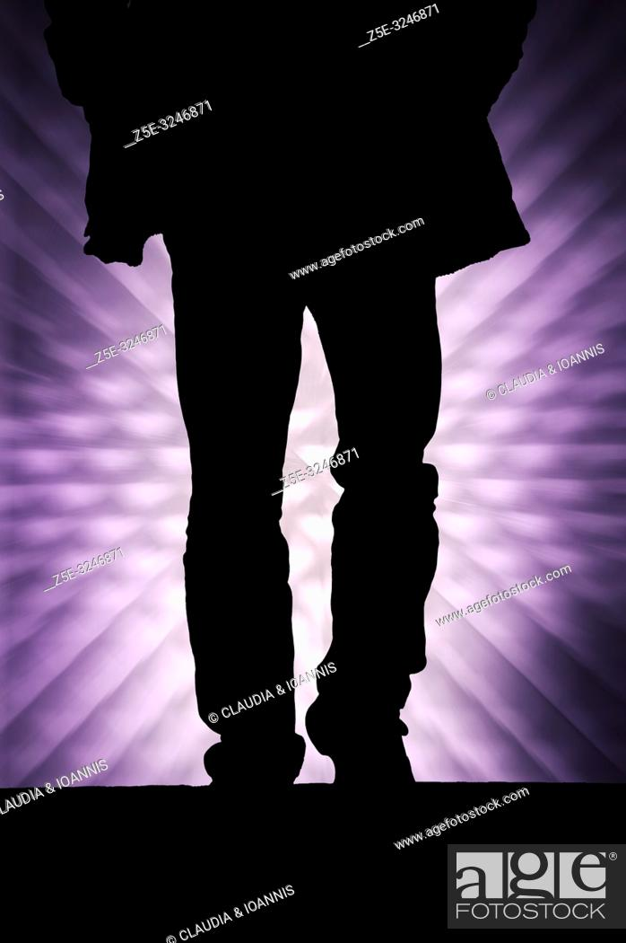Imagen: Silhouette of a walking man against a graphic background.