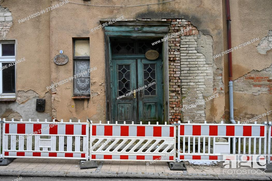 Stock Photo: 01 February 2021, Mecklenburg-Western Pomerania, Loitz: Empty houses stand in the town centre of Loitz in the district of Vorpommern-Greifswald.