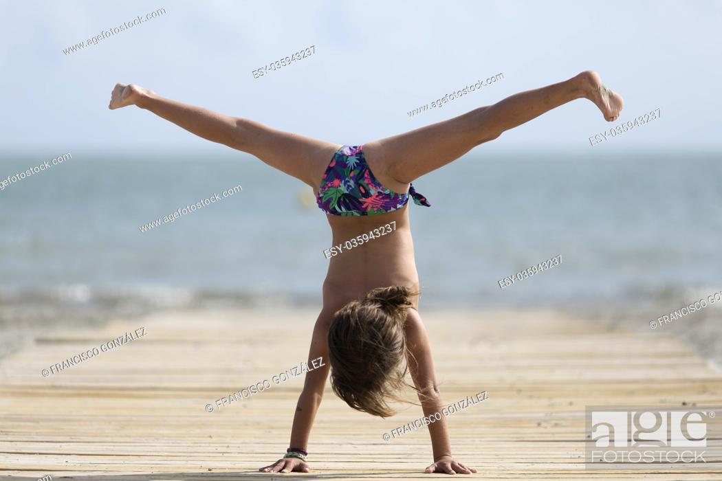 Photo de stock: 10 year old girl having fun on a beach in Santa Pola, Spain.