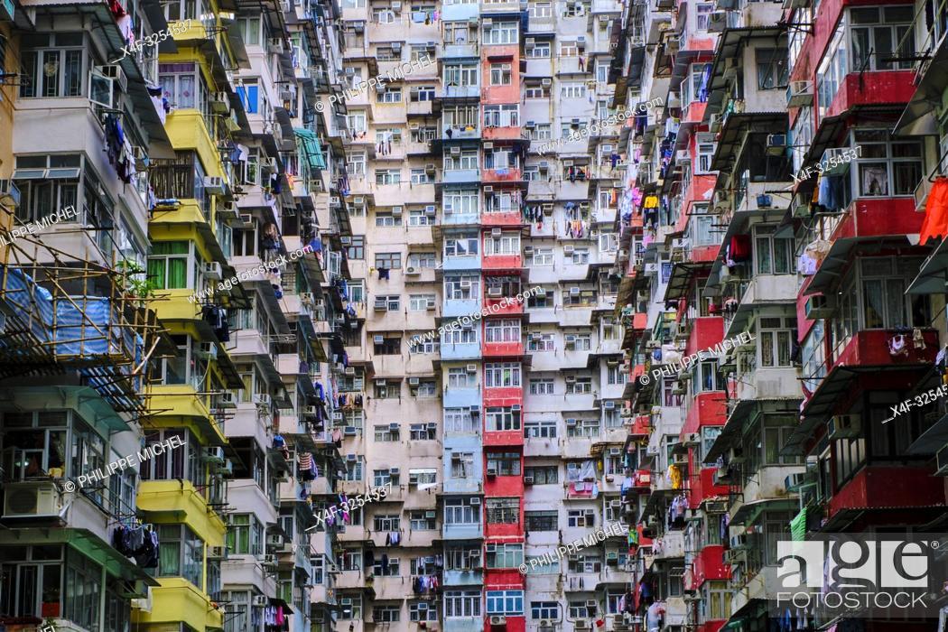 Stock Photo: Chine, Hong Kong, Hong Kong Island, quartier d'habitation très dense / China, Hong Kong, Hong Kong Island, densely crowded apartment buildings.