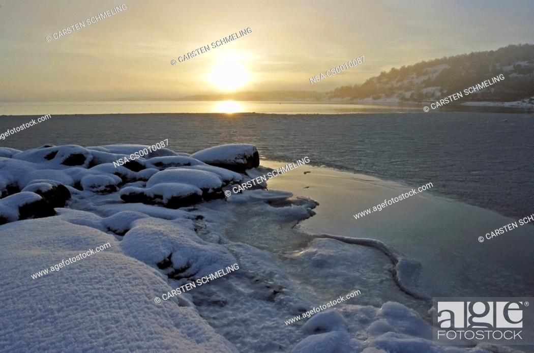 Stock Photo: Glittering ice in the bay.